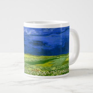 Campo de trigo bajo bella arte nublada de Van Gogh Taza Grande