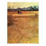Campo de trigo con vistas a Arles de Van Gogh Tarjetas Postales