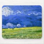 Campo de trigo de Van Gogh debajo del cielo nublad Alfombrillas De Raton