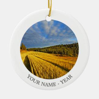 Campo de trigo después de la cosecha 2 adorno navideño redondo de cerámica