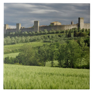 Campo de trigo y Monteriggioni distante, en Azulejo