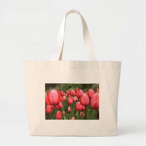 Campo de tulipanes bolsas de mano