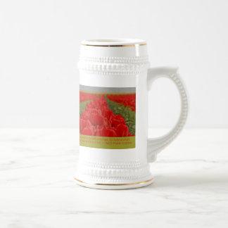 Campo de tulipanes rojos con cita inspirada jarra de cerveza
