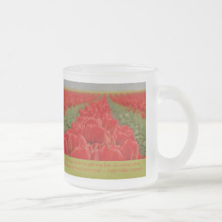 Campo de tulipanes rojos con cita inspirada taza cristal mate