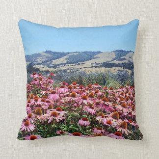 Campo escénico de las flores rosadas del cono cojin