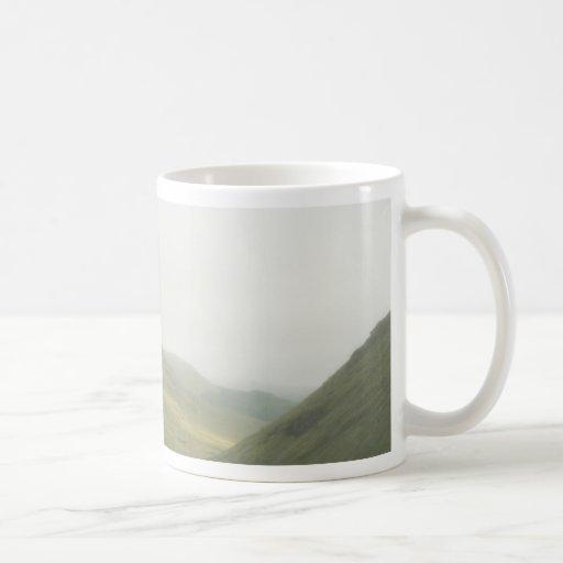 Campo escocés por la mañana taza básica blanca
