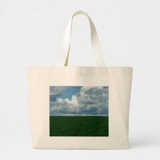 Campo nublado bolsas de mano