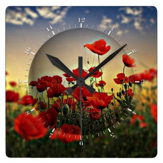 Campo rojo de la amapola reloj cuadrado