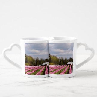 Campo rosado del tulipán taza para enamorados