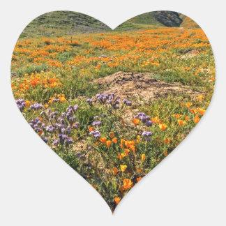 Campos anaranjados de la amapola pegatina en forma de corazón