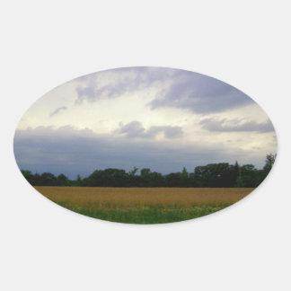 Campos de granja inminentes tempestuosos del mún pegatina ovalada