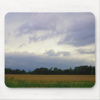 Campos de granja inminentes tempestuosos del mún t alfombrillas de raton