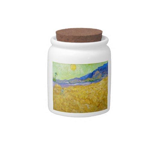 Campos de trigo con el segador en la salida del so jarras para caramelos