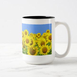 Campos del girasol taza de dos tonos