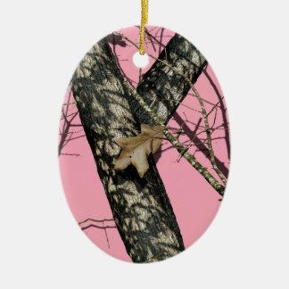 Camuflaje rosado adorno navideño ovalado de cerámica