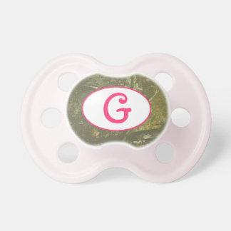 Camuflaje y pacificador rosado del monograma chupetes para bebés