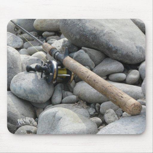 Caña de pescar en las rocas alfombrillas de raton