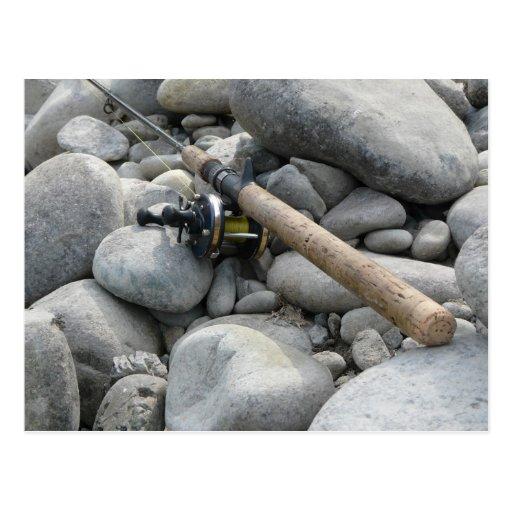 Caña de pescar en las rocas postales