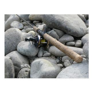 Caña de pescar en las rocas postal