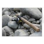 Caña de pescar en las rocas tarjeton