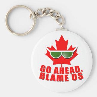 ¡Canadá fresco - continúe, nos culpan! camisetas Llavero Redondo Tipo Pin
