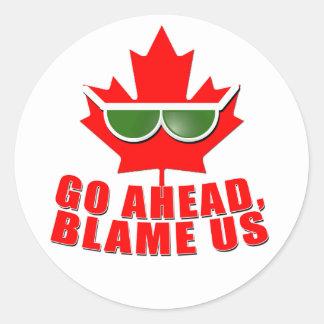 ¡Canadá fresco - continúe, nos culpan! camisetas Pegatinas Redondas
