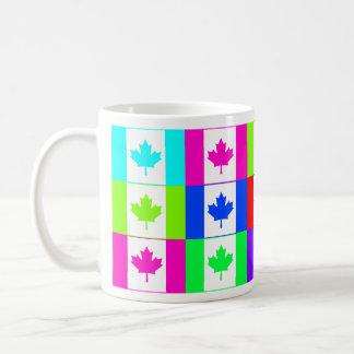 Canadá Multihue señala la taza por medio de una ba