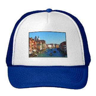 Canal de Venecia con cita del amor Gorras