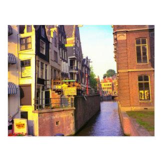 Canal en Amsterdam vieja Postales