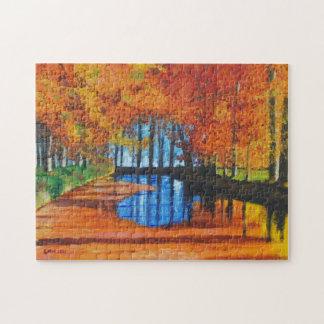 Canal holandés del rompecabezas en otoño