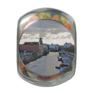 Canal y molino de viento de Amsterdam con el sol Jarras De Cristal Jelly Bely