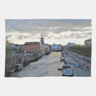 Canal y molino de viento de Amsterdam con el sol Toallas De Mano