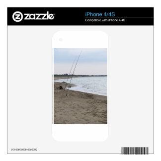 Cañas de pescar en una playa arenosa en la puesta iPhone 4S skins