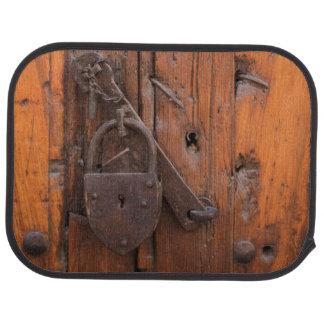 Candado en puerta de madera alfombrilla de auto