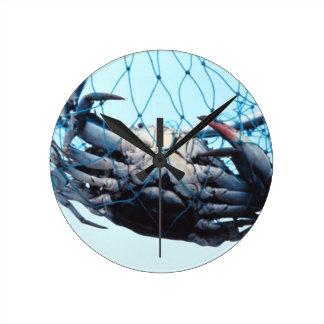 Cangrejo azul de cogida reloj redondo mediano