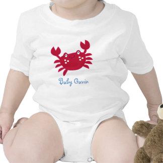 Cangrejo rojo lindo debajo de la enredadera del traje de bebé