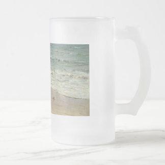 Cangrejos en la playa de D. Howard Hitchcock Taza De Cristal