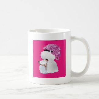 Caniche blanco en un gorra de la pluma taza clásica