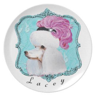 Caniche en gorra rosado de la pluma platos