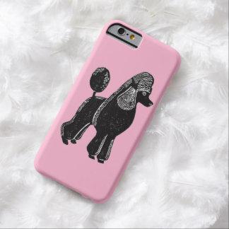 Caniche estándar negro con el caso rosado del funda de iPhone 6 barely there