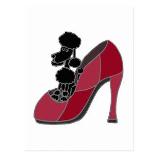 Caniche negro que se sienta en un zapato rosado tarjeta postal
