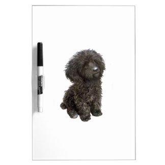 Caniche - perrito negro del juguete pizarra