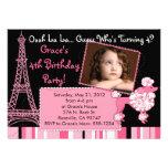 Caniche rosado en la invitación temática de París