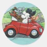 Caniches en convertible rojo del vintage pegatina redonda