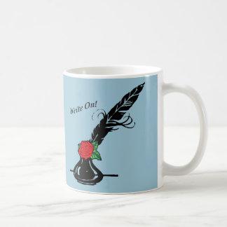 Canilla y tinta con el rosa taza de café