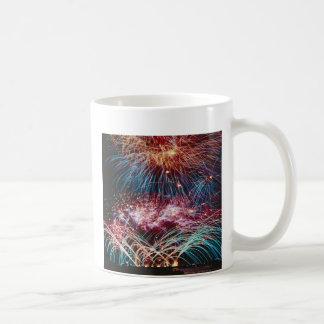 Canillas de la bola de fuego del arco iris, en una taza de café