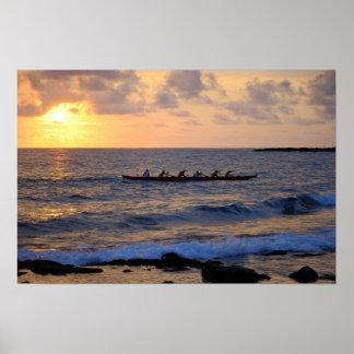 Canoa de soporte hawaiana en la puesta del sol poster