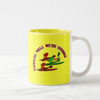 Canoa del kajak - paletas bien con otras tazas de café