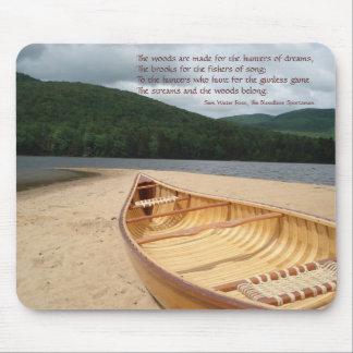 Canoa en el borde Mousepad del agua