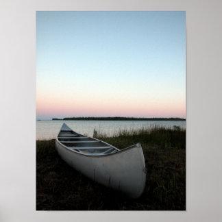 Canoa en la impresión del poster de la playa